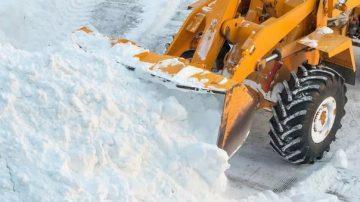 Уборка снега машиной